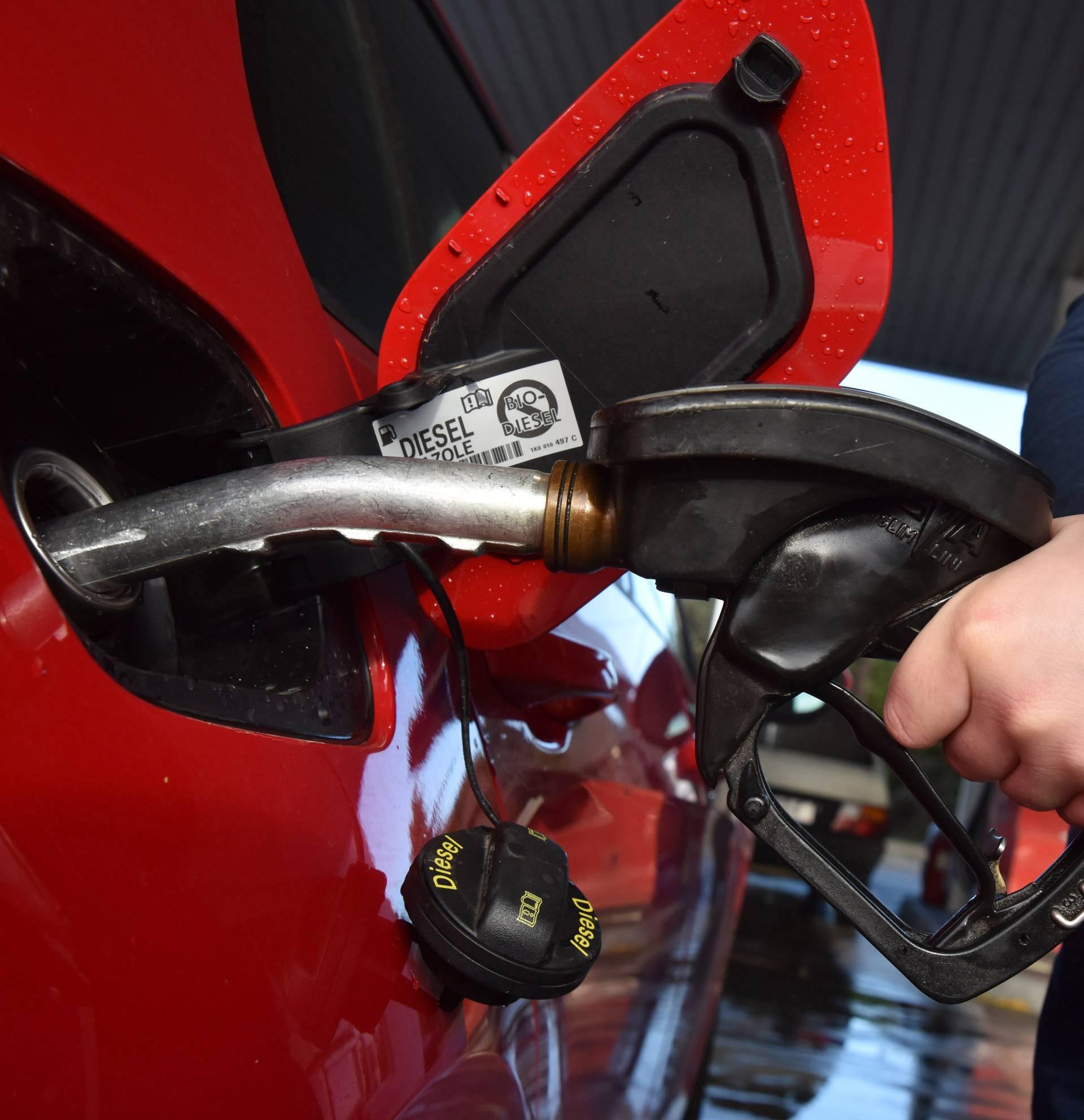 Rezervoar benzina pojeftinio je za 6,5, a dizela za 5,5 kuna...