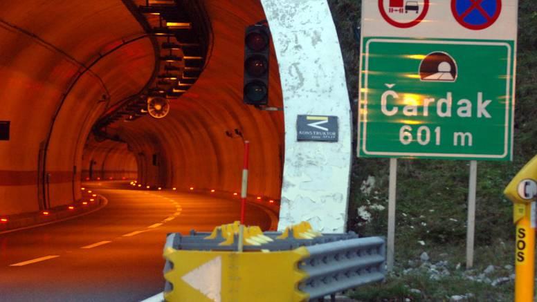 Vozač poginuo u smrskanom kombiju. Udario u kamion na autocesti A6 kod Ravne Gore