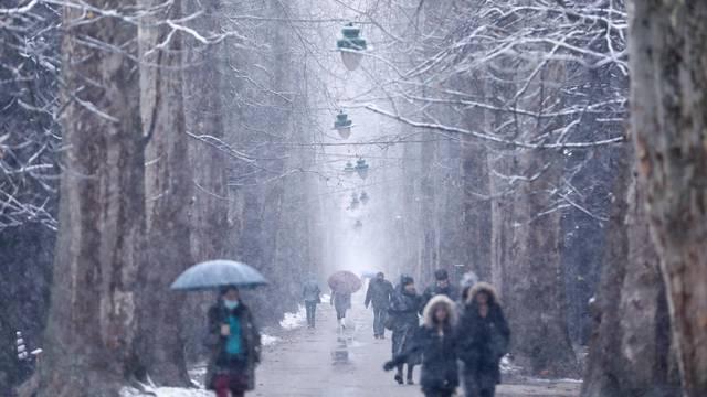 Sarajevska Velika aleja prekrivena bijelim prekrivačem