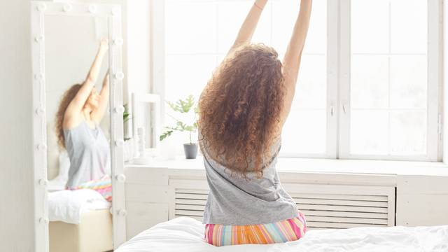 Radite iz kreveta? Smanjite bolove pravim istezanjem tijela
