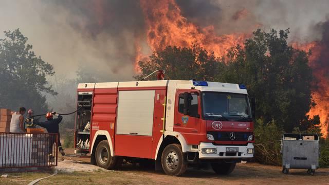 Zbog požara priveli petero maloljetnika i 18-godišnjaka