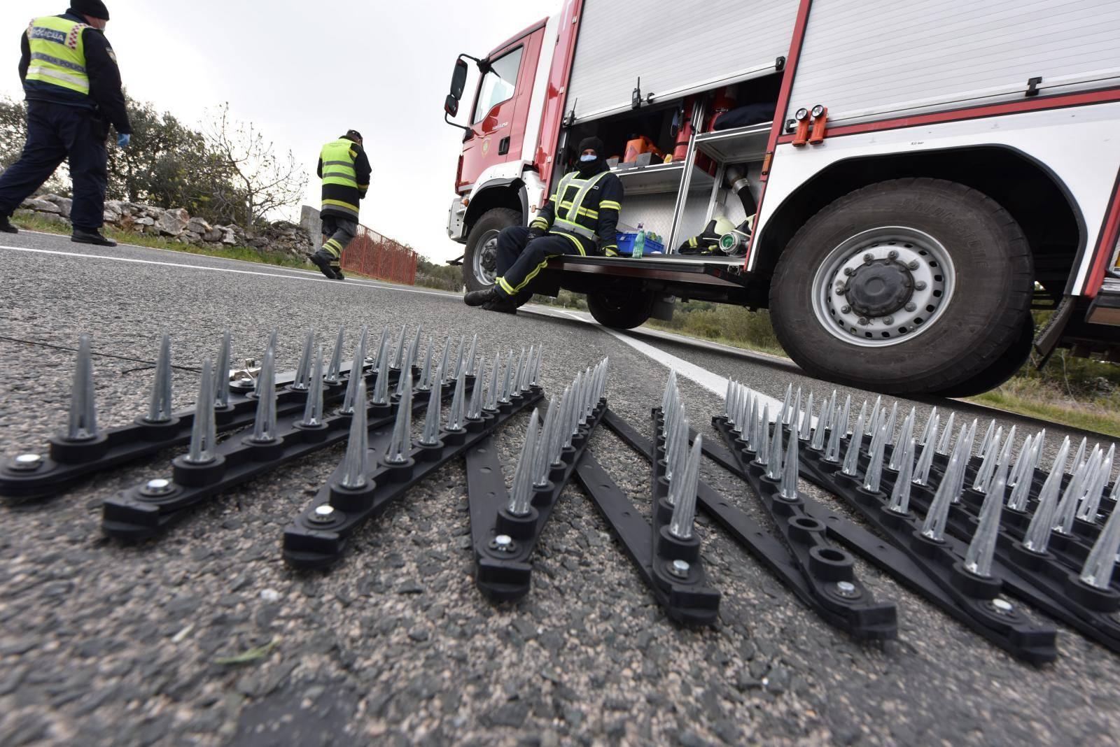Murter je u karanteni: Na cesti postavljene trake sa šiljcima...