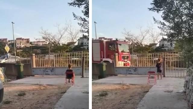 Dirljiv video: Dječak Niko satima čekao vatrogasce da im zahvali što gase vatru na Hvaru