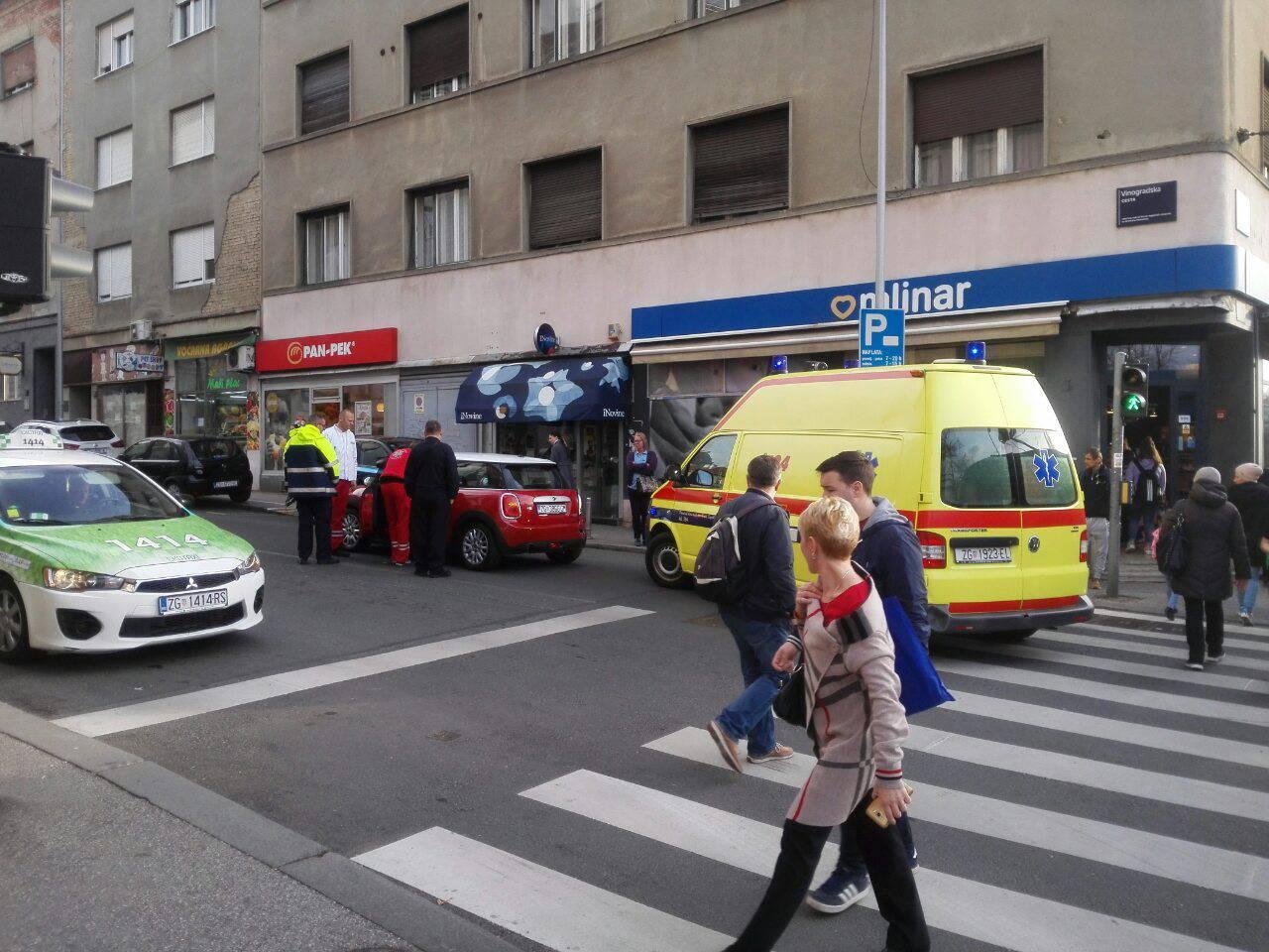 Tramvaj udario Mini Coopera, vozačicu odvezla Hitna pomoć