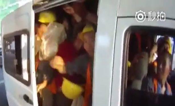40 ljudi u kombiju