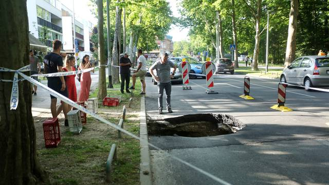 Zagreb: Na Bukovačkoj cesti otvorila se ogromna rupa