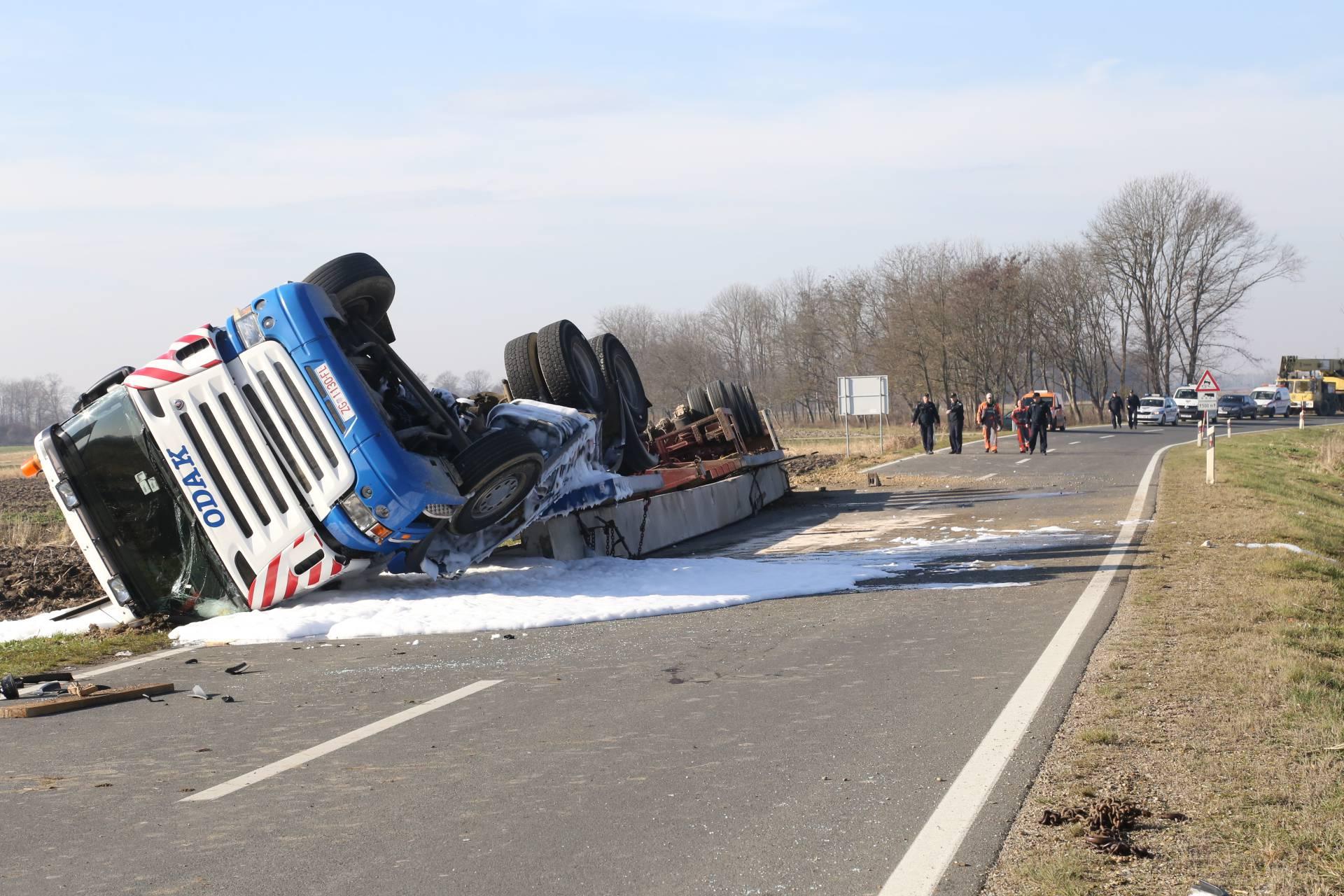 Nesreća kod Preloga: Prevrnuo se šleper, vozač je ozlijeđen