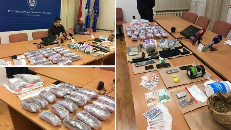 Velika akcija policije: Našli 5 kg trave, oružje, vage, noževe...