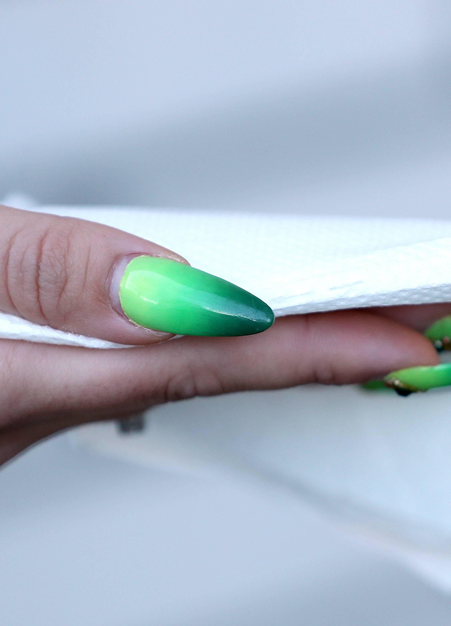 'Pitaju me kako s tim noktima brišem stražnjicu nakon nužde'
