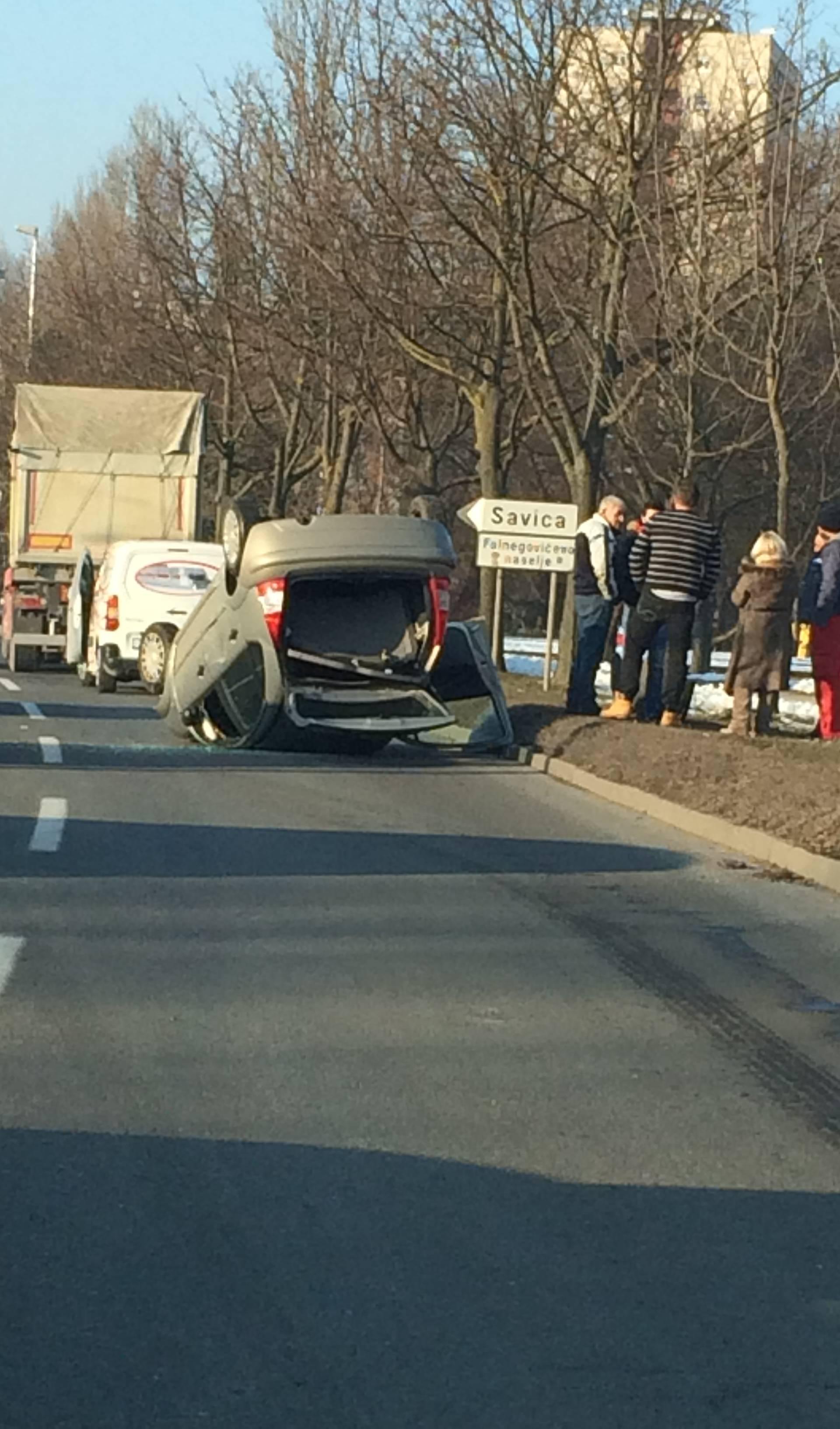 Strašan prizor na Držićevoj: U nesreći auto završio na krovu
