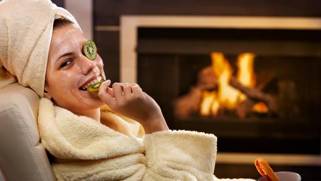 Obnovite kožu lica prirodnim maskama od voća, meda, zobi