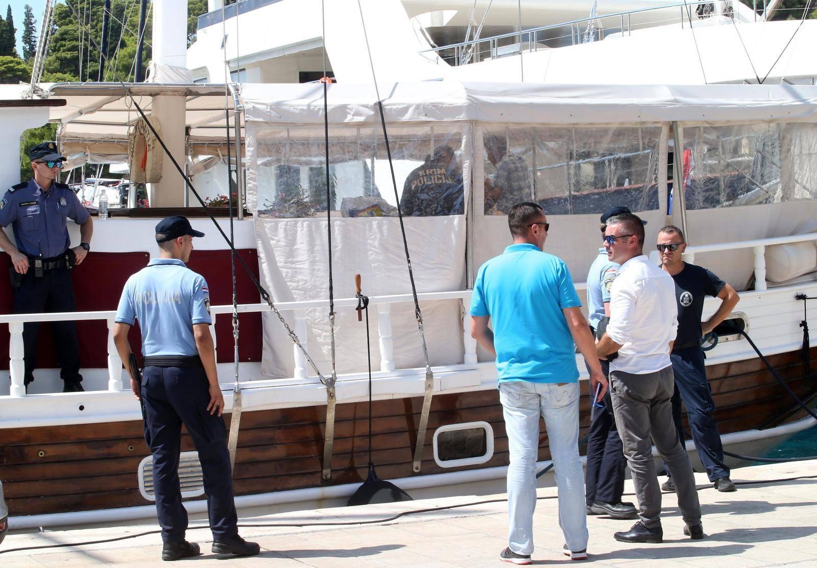 Policajci tijekom istrage broda osjetili mučninu, došla i Hitna