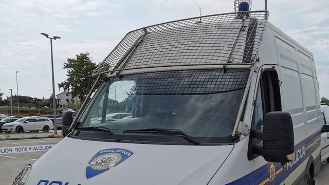 Optužili policajca u Puli: Šakom udarao djevojku u glavu i to nije stavio u službeni izvještaj