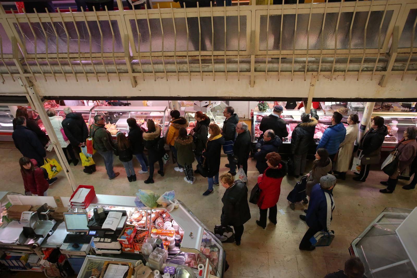 Rijeka: Redovi pred mesnicama  i gužva na tržnici