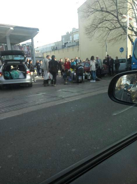 Motorist nepomično ležao na cesti nakon sudara s autom