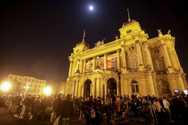 Zagreb: Veliki broj mladih zabavlja se ispred HNK