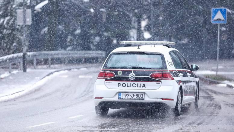 Bježeći od policije muškarac dva puta 'zakačio' policajce, slupao im službeni automobil Golf 7