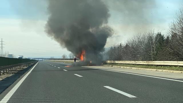 Zapalio se kombi na autoputu