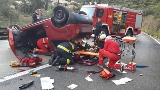Auto se na cesti prevrnuo na krov, žena završila u bolnici