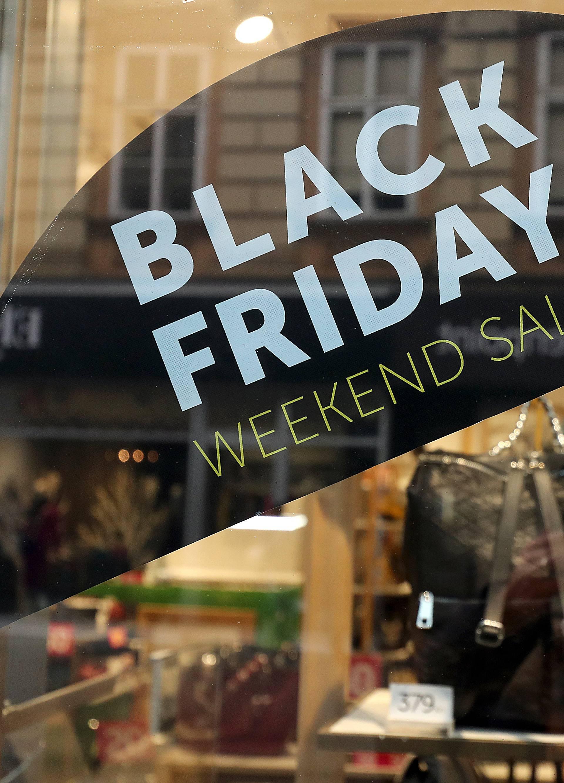 Zagreb: Izlozi trgovina prepuni plakata sa sniženjima za Black Friday