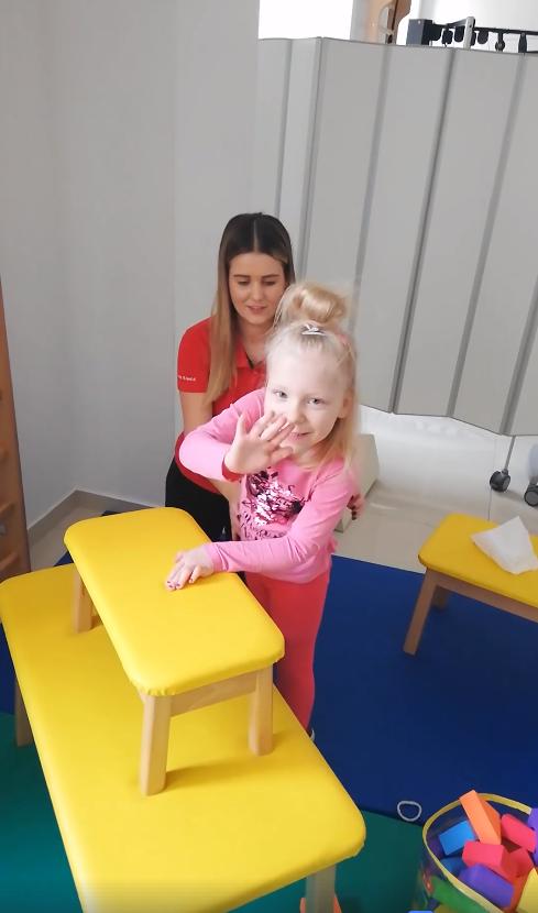 Nora (5) nakon terapija sama stoji na nogama: 'Mama, mogu'