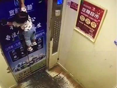 Curica ostala visjeti na liftu jer joj je povodac zapeo na vratima