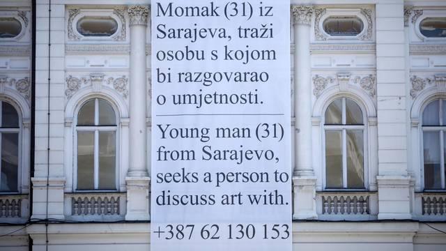 Preko plakata traži nekog s kim bi razgovarao o umjetnosti