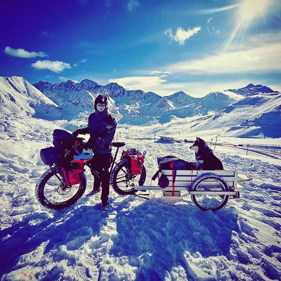 Putuje s kujicom na biciklu, a za nju je izradio ugodna kolica