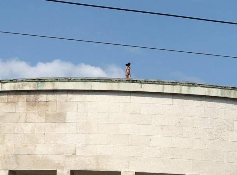 Gola žena na krovu 'džamije' u Zagrebu iznenadila prolaznike