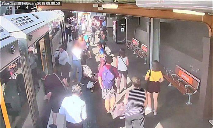 Umalo poginuo: Dječak je pao u rupu između vlaka i platforme