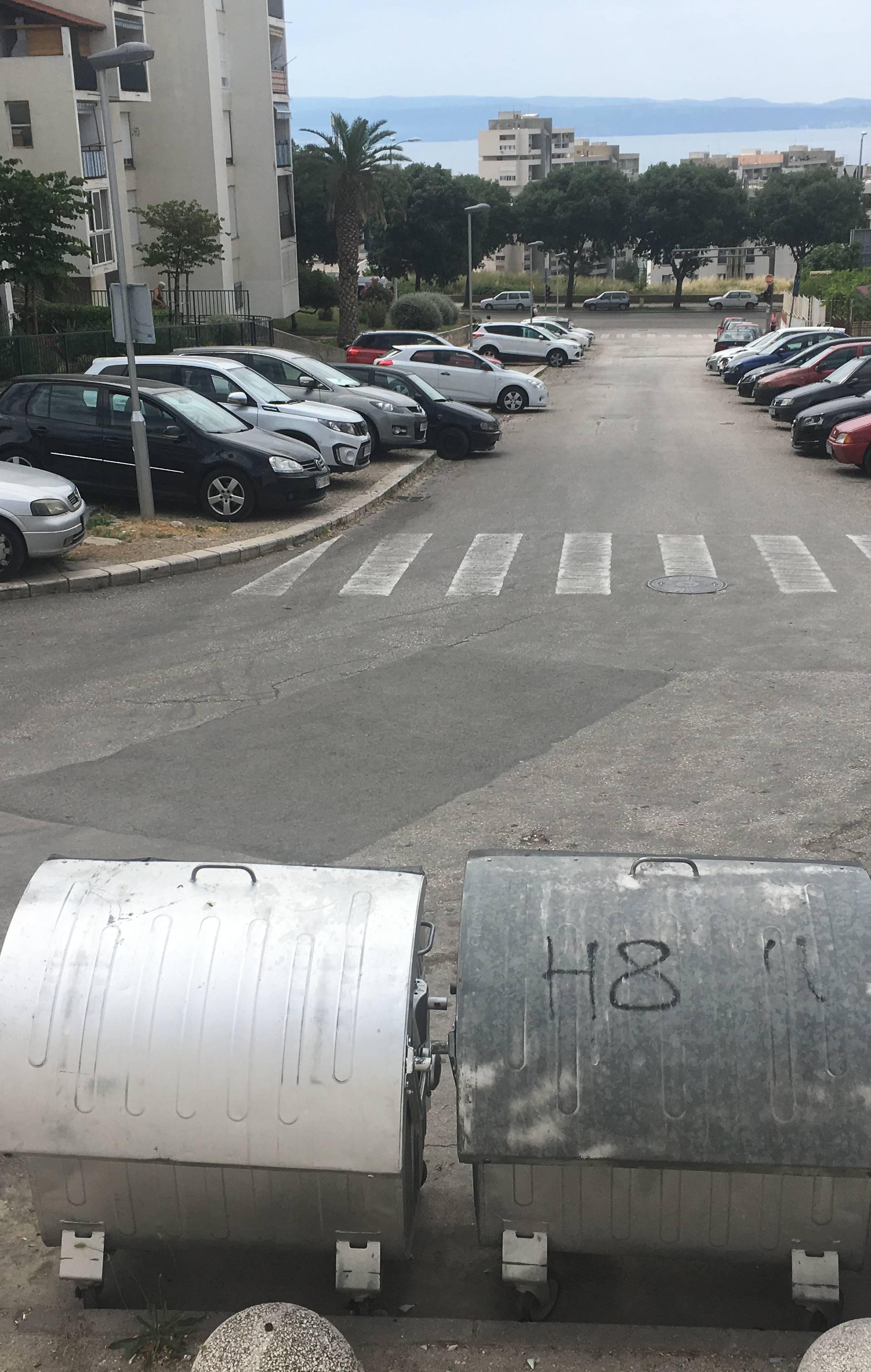 Bizarna nesreća u Splitu: Dva kontejnera oštetila automobile