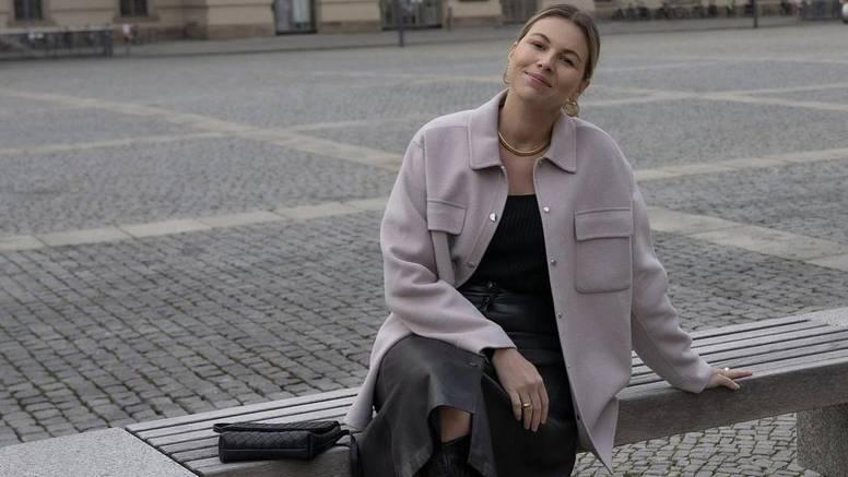Trendovska košulja-jakna uz široku crnu kožnatu suknju