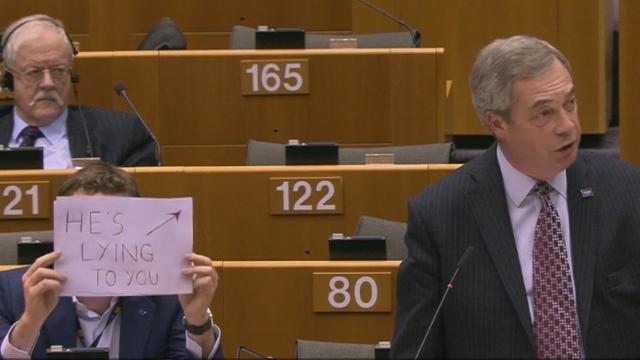 Dok je Farage branio Trumpa, oponent držao natpis: 'On laže'