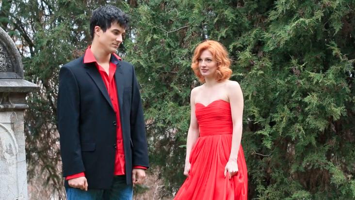 Fatalna Vanda Winter snimala spot u zanosnoj crvenoj haljini