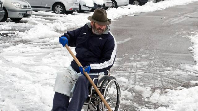 Dragan (61) se ne predaje: Čak i u kolicima mogu čistiti snijeg