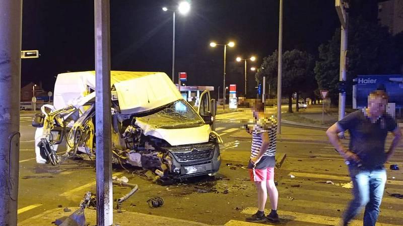 Kombijem se zabio u semafor u Zadru, u nesreći poginuo pas