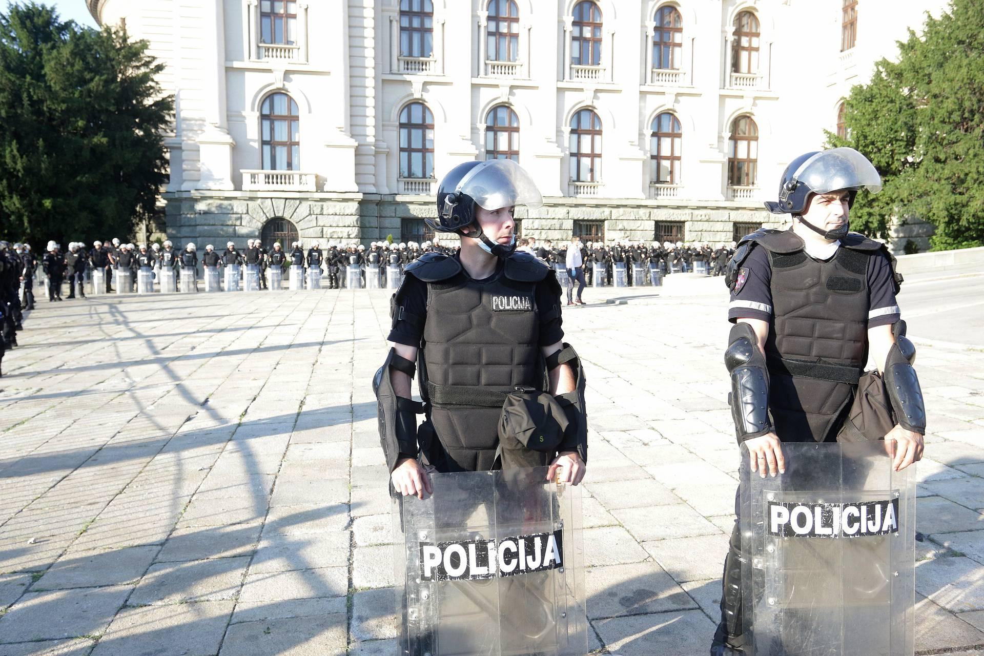 Najgori dan za Srbiju po broju umrlih od korone: U neredima ozlijeđeno i nekoliko novinara