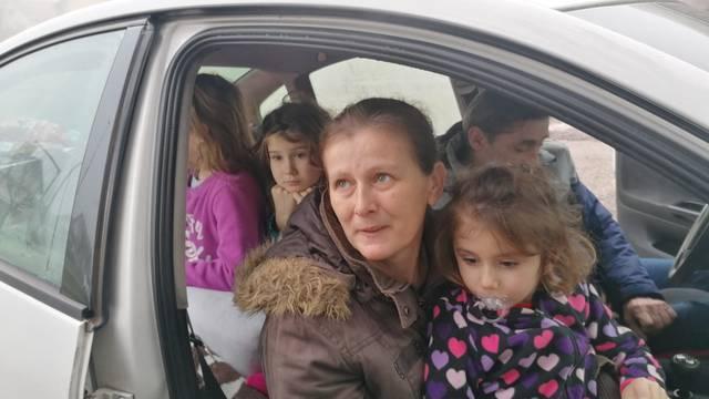 'Spavamo u autu s troje djece, a nemamo novca ni za benzin pa ne možemo više paliti grijanje'