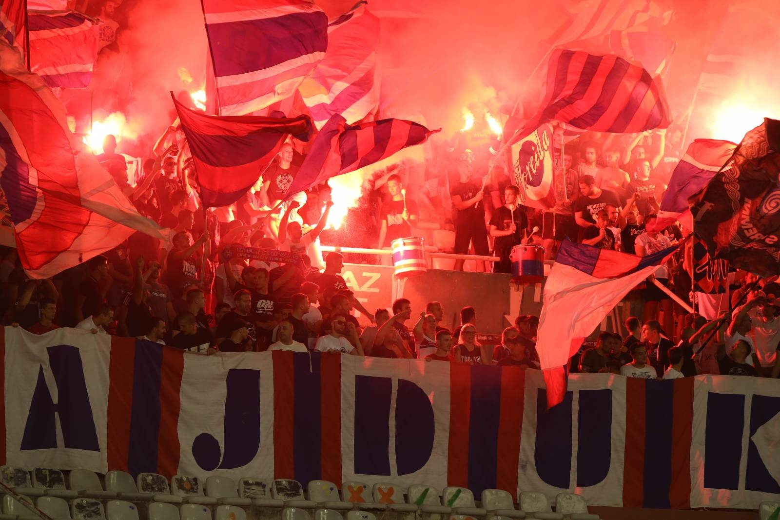Split: Bakljada Torcide tijekom utakmice Hajduka i Slaven Belupa