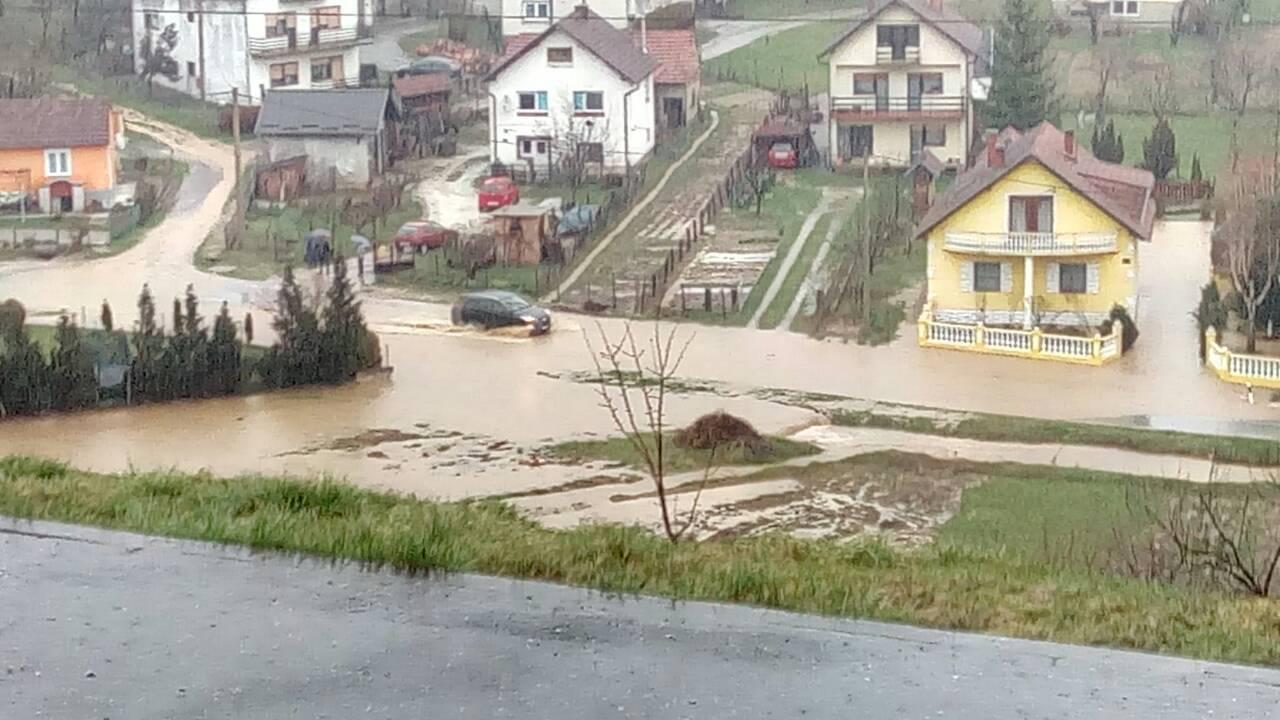 Zbog obilne kiše: Poplavile su ceste, voda je pred kućama