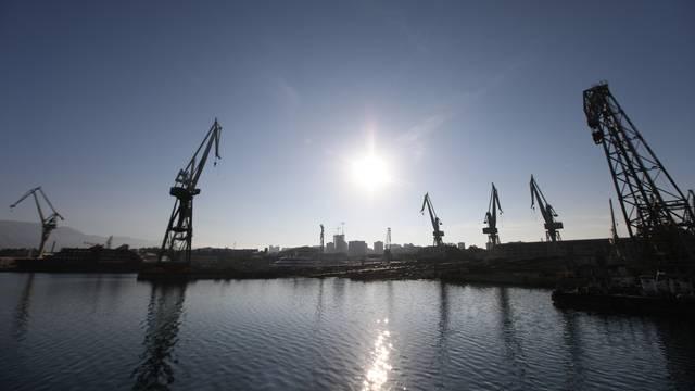 Split: Kranovi i brodovi na navozima u brodogradilištu Brodosplit