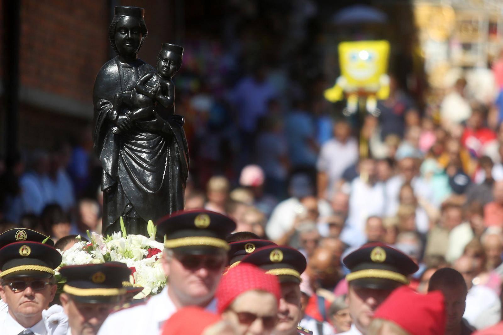 Čuda Majke Božje: Djevojka je bila nepokretna, došla je do kipa Gospe u crkvi i ozdravila...