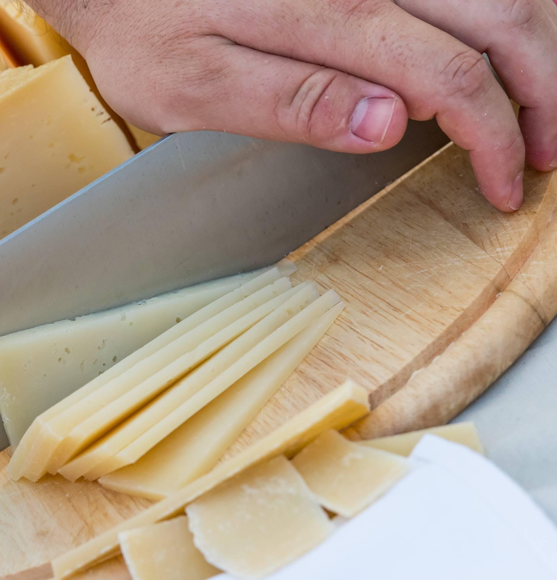 Krekeri i sir mogu biti korisni navečer, osobito ako radite