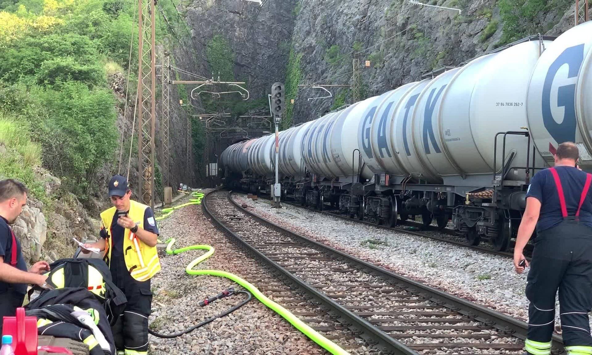 Blizu granice prevrnuo se vlak: Iscurilo 10.000 litara kerozina!