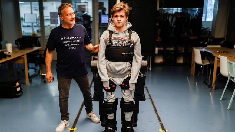 Otac izradio egzoskelet da bi sin u kolicima tako mogao hodati