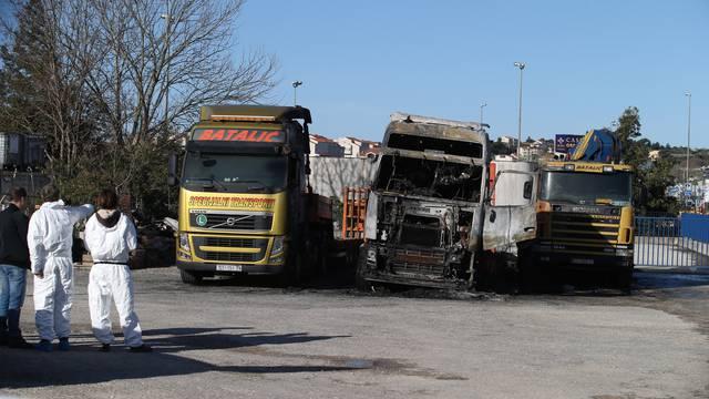 Vlasnik zapaljenih kamiona nudi 10.000 € za informacije