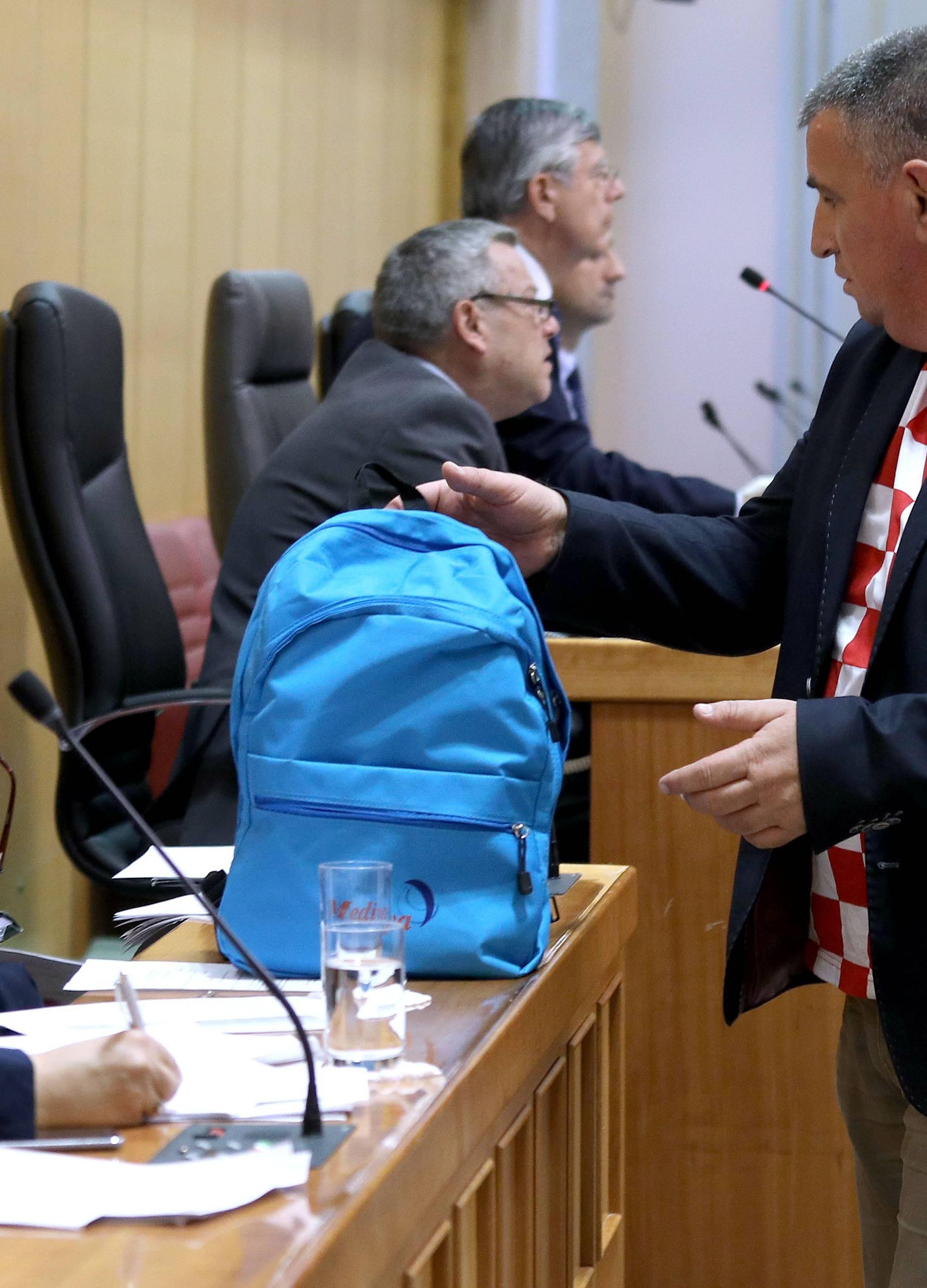 Zagreb: Bulj poklonio ministrici Divjak torbu kao simbol (ne)provedbe reforme
