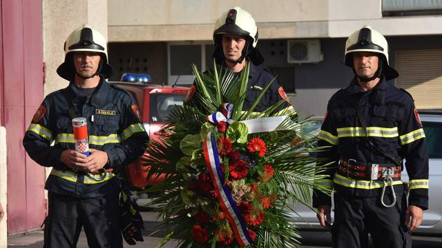 Obitelji i kolege položili vijence i svijeće za poginule vatrogasce