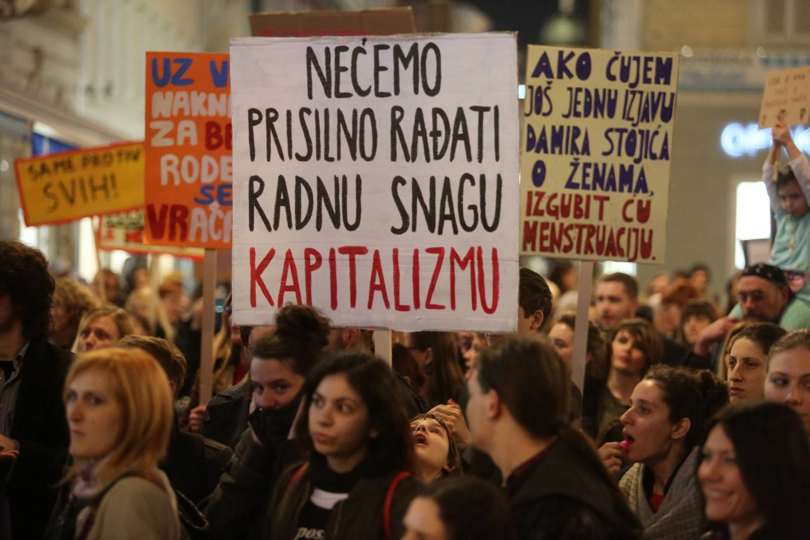 U Rijeci održan Noćni marš, povorka povodom Dana žena s brojnim transparentima