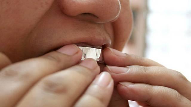 Genijalan trik s folijom: Zubi će postati bijeli za sat vremena
